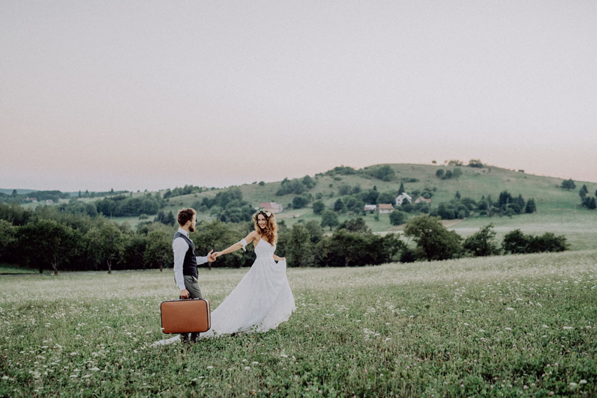 Bruid en bruidegom op groene vlakte