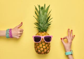 Ananas met duimen omhoog photo