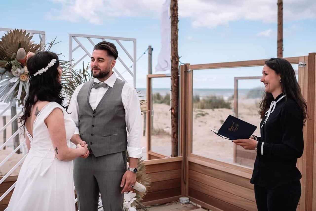 Huwelijksvoltrekking strand